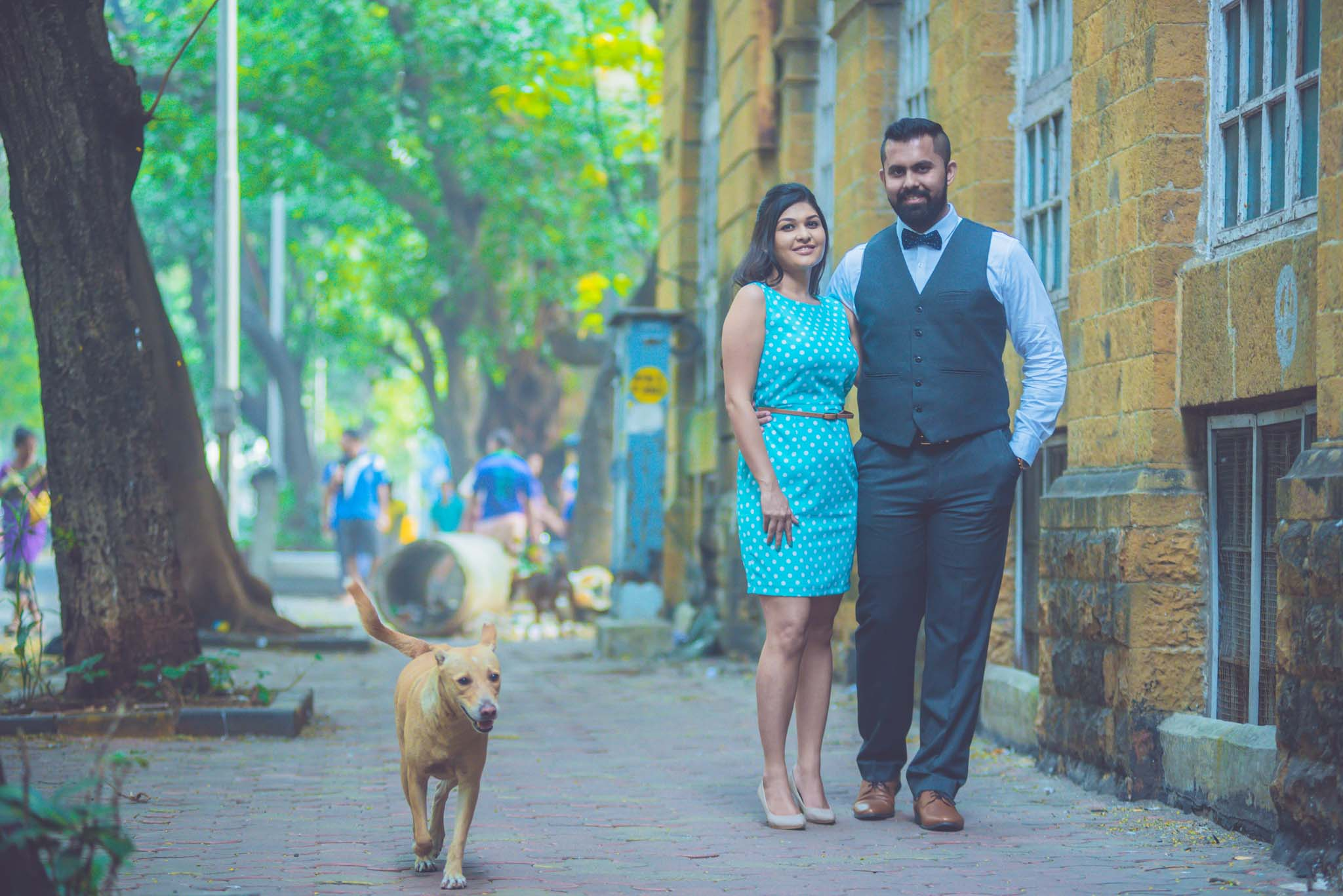 retro-styled-mumbai-pre-wedding-shoot-ballard-estate-12