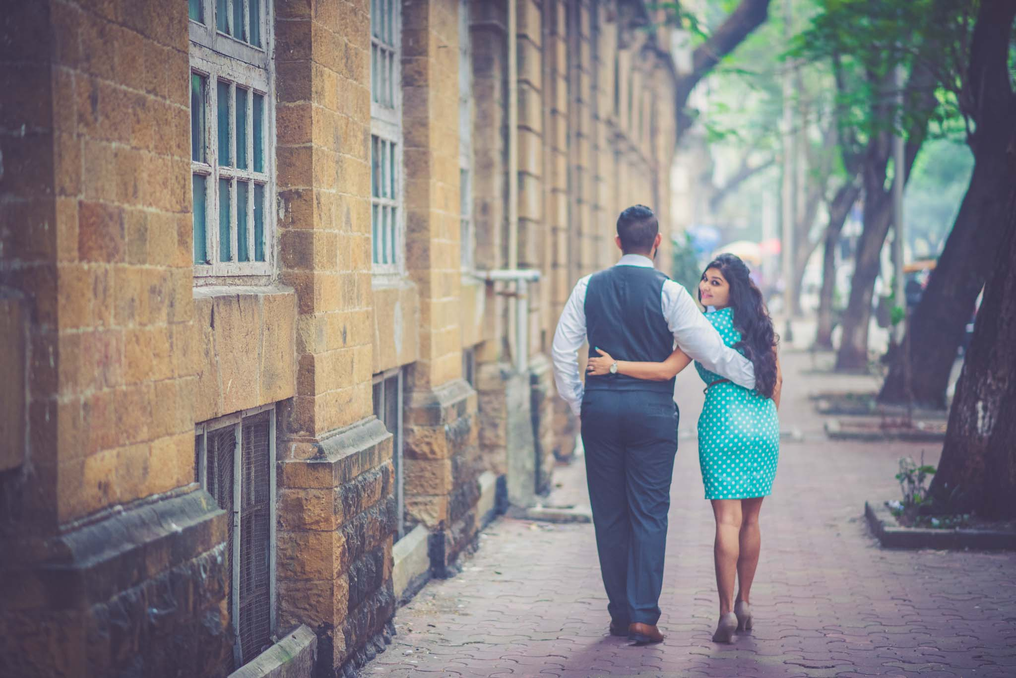 retro-styled-mumbai-pre-wedding-shoot-ballard-estate-13