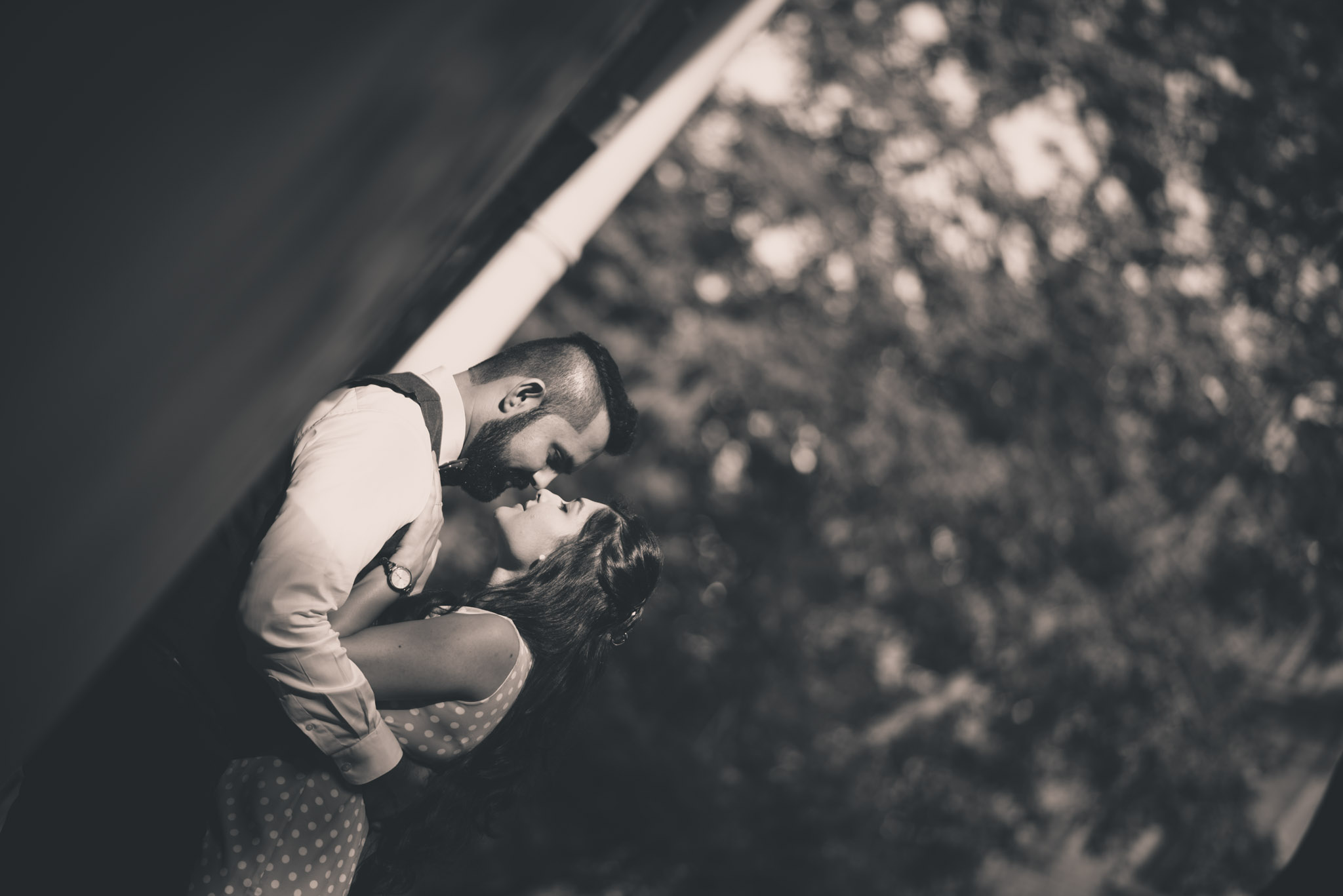 retro-styled-mumbai-pre-wedding-shoot-ballard-estate-21