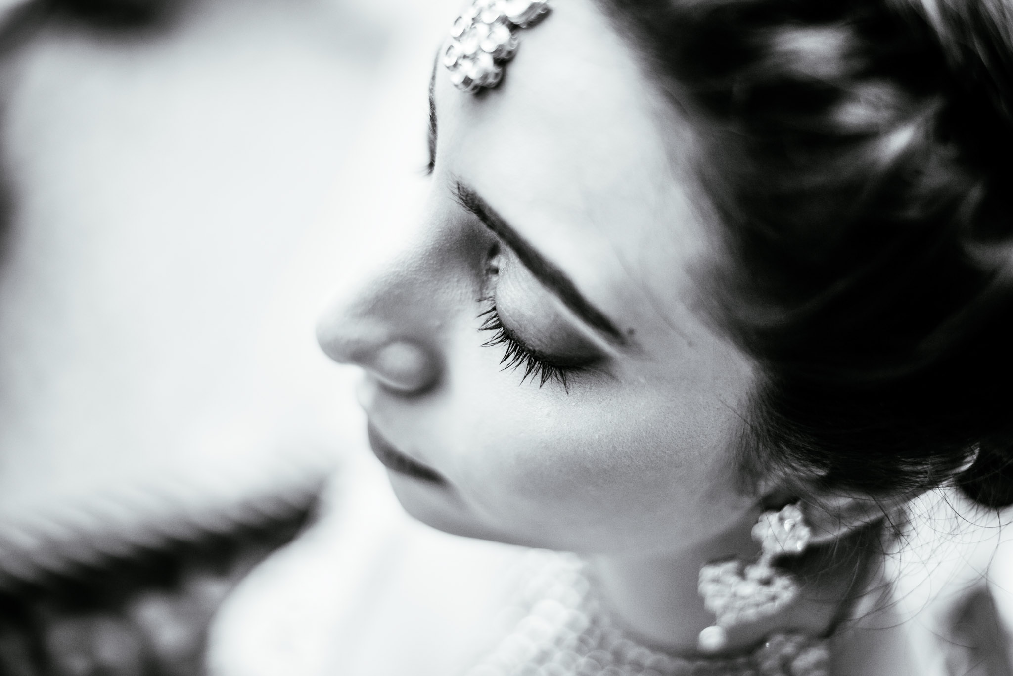 Makeup-room-bride-lehenga-whatknot-photography-139