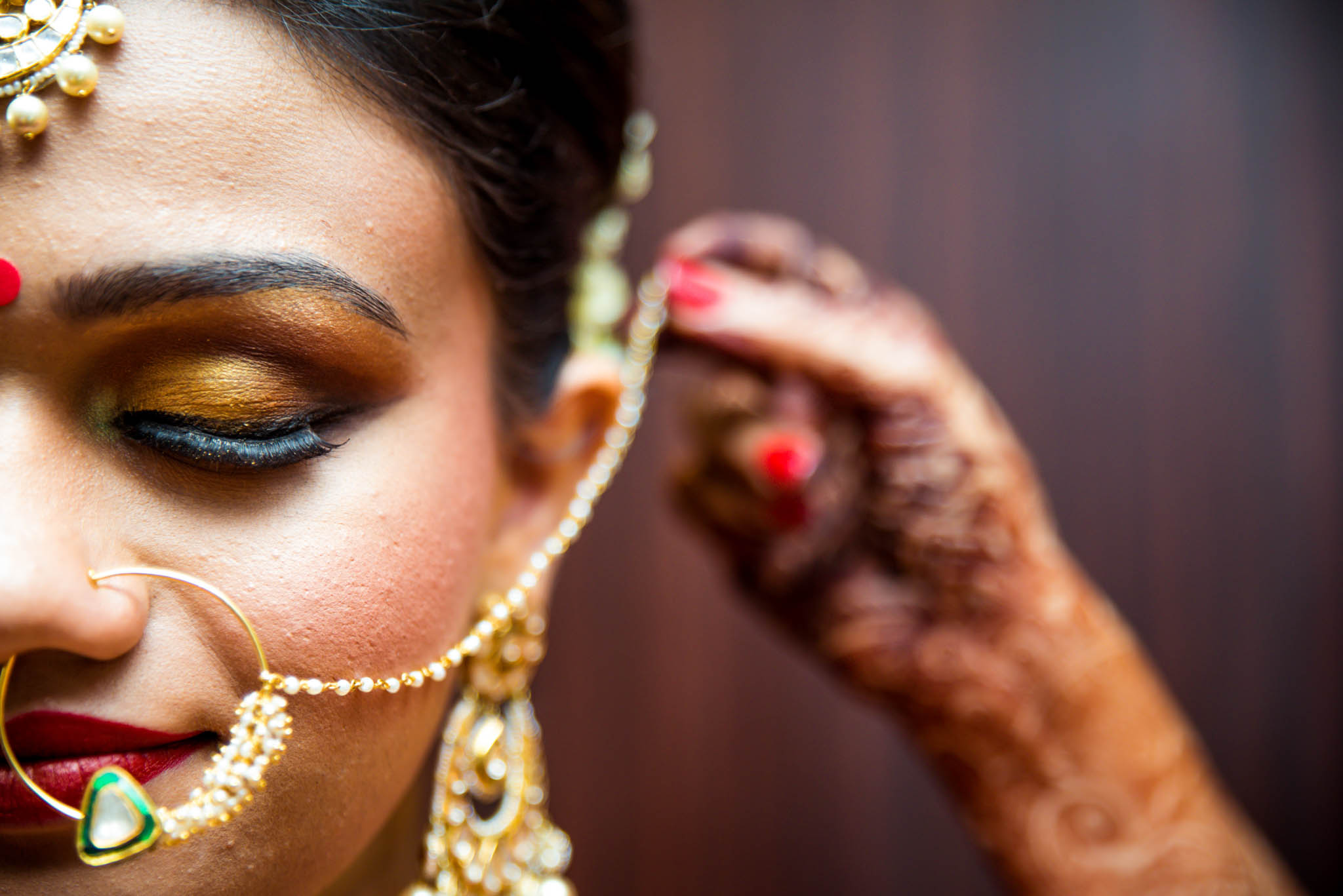 Makeup-room-bride-lehenga-whatknot-photography-15