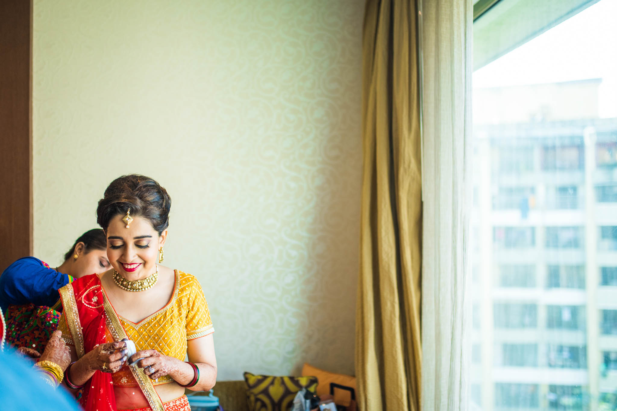 Makeup-room-bride-lehenga-whatknot-photography-52